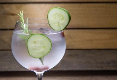 Ein Gin Tonic mit Gurke und Rosmarin. Quelle: Fotolia.com © robcartorres