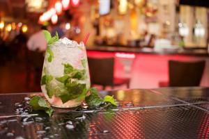 Ein leckerer Mojito mit ganz viel Minze - dieser Cocktail ist Kunst.