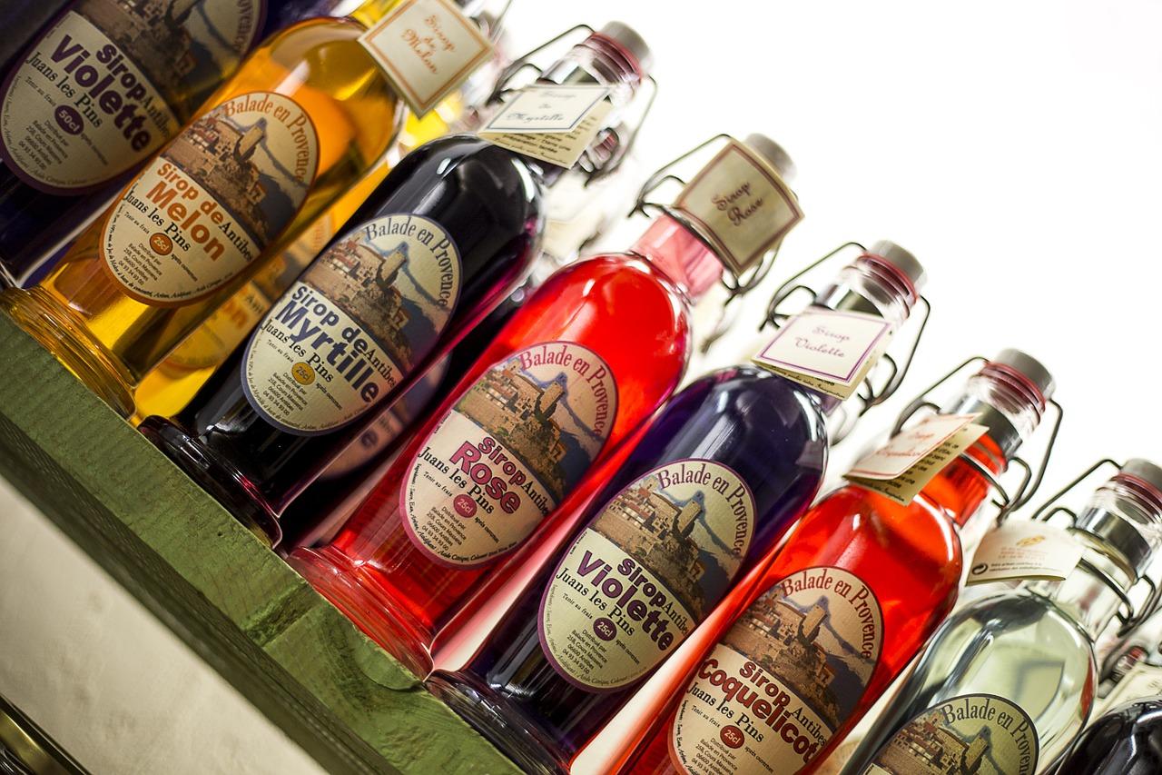 Flaschen mit Sirup in verschiedenen Geschmacksrichtungen.