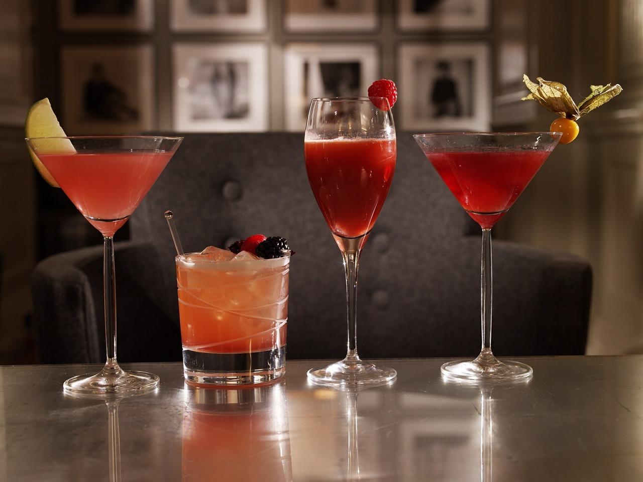 Cocktails in verschiedenen Größen, Farben und Formen.