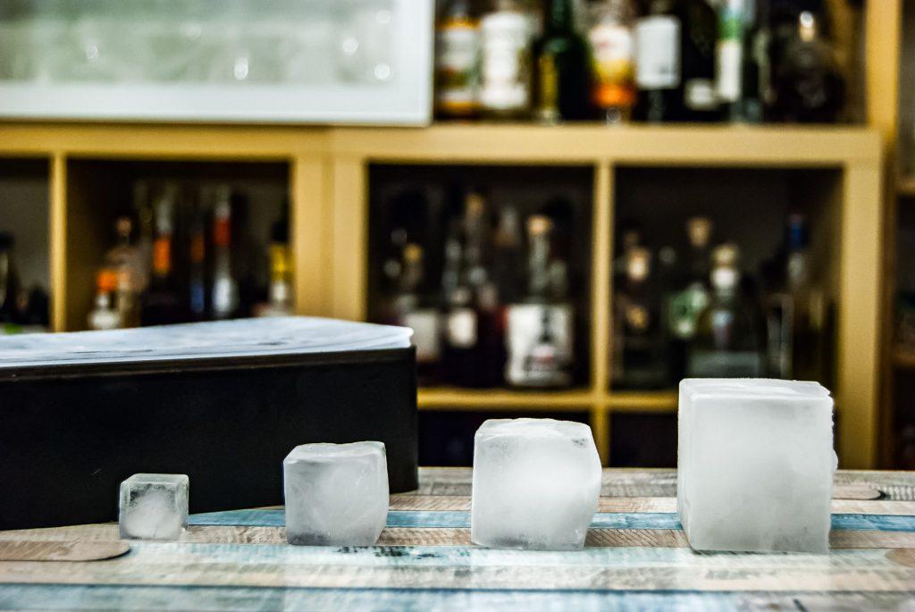 Eiswürfel frisch aus dem Froster sind beschlagen und klebrig. Lässt man sie eine Weile liegen, werden sie transparenter und kühlen sogar schneller.