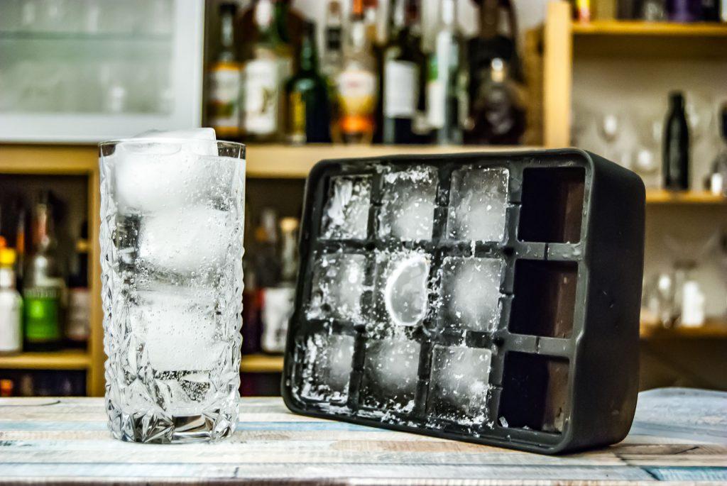 Eis bis zum Boden - für so manchen Cocktailtrinker ein Graus, für die Qualität von Longdrinks aber unabdingbar.