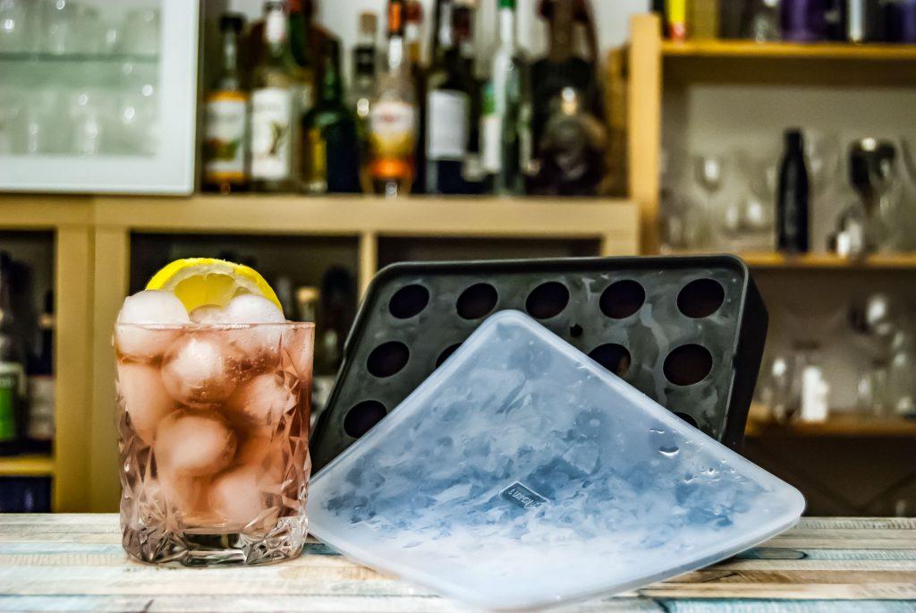 Im Portfolio von Lurch (siehe weiter unten) finden sich auch Eiswürfelformen für kleines Kugeleis - das hält im Drink deutlich länger als die Würfel.