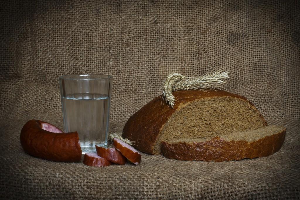 Wodka in Russland mit Brot und Wurst.