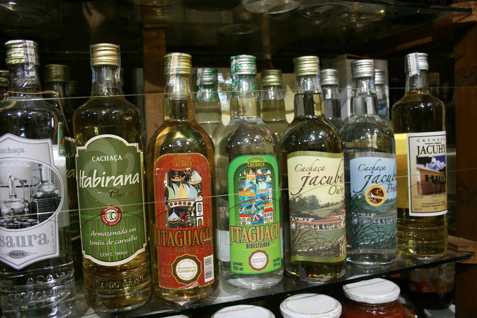 Verschiedene Cachacas an der Bar.