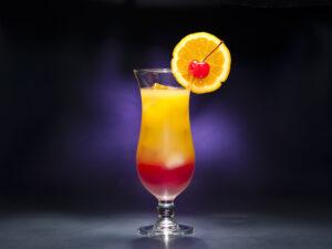 Ein Tequila Sunrise Cocktail mit Tequila, Orangensaft und Grenadine. Quelle: Fotolia.com © 3532studio