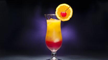Ein Tequila Sunrise Cocktail mit Verzierung. Quelle: Fotolia.com © 3532studio