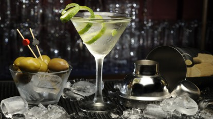 Ein trockener Martini mit einer untypischen Limettenschale. Quelle: Fotolia © Francesco Italia