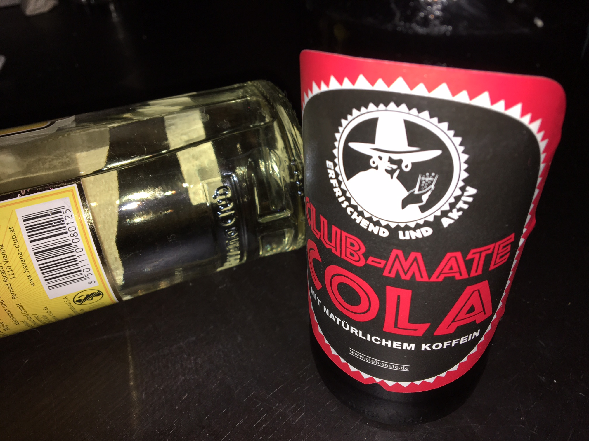 Die Club-Mate Cola im Test: Pur und im Cuba Libre.