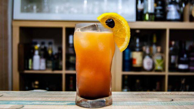 Ein Tequila Sunrise im Longdrink-Glas.