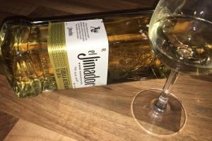 Ein Tequila El Jimador Reposado im Glas mit Flasche.