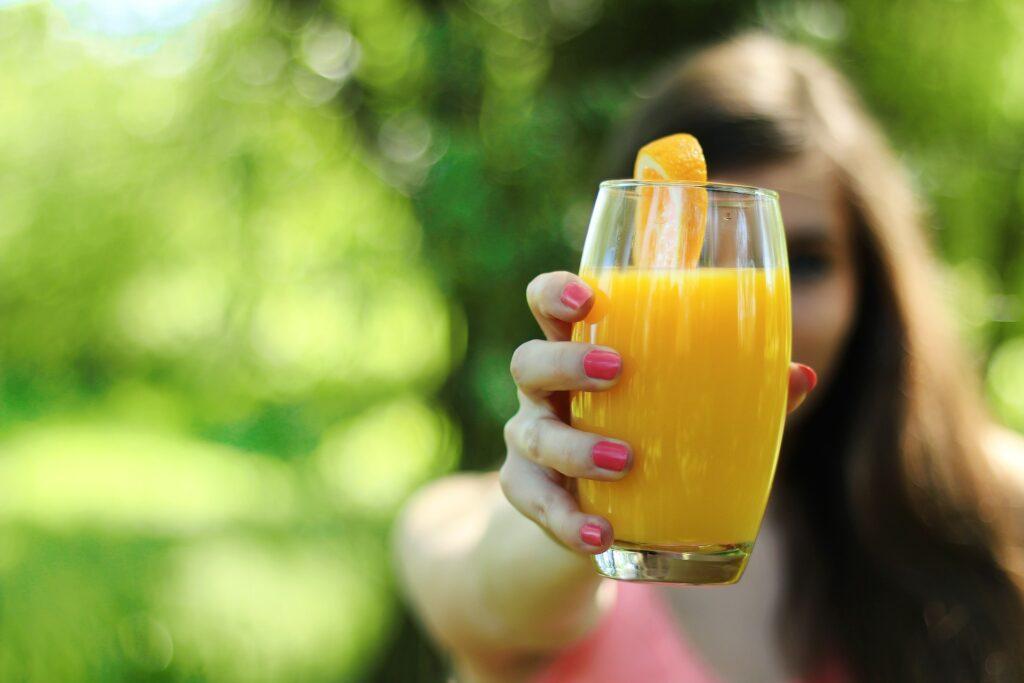 Selbstgemachter Orangensaft macht euren Tequila Sunrise zum Hit.
