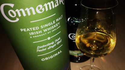 Connemara Peated Single Malt Irish Whiskey im Nosing-Glas.
