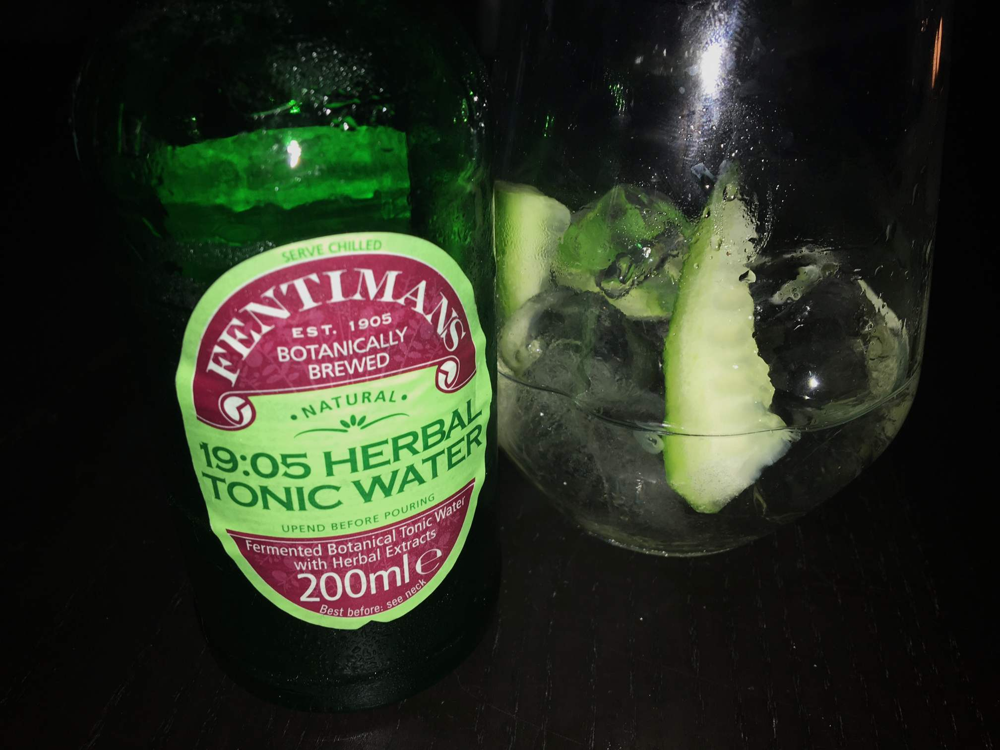 Fentimans 19:05 Herbal Tonic Water im Gin Tonic mit Gurke.