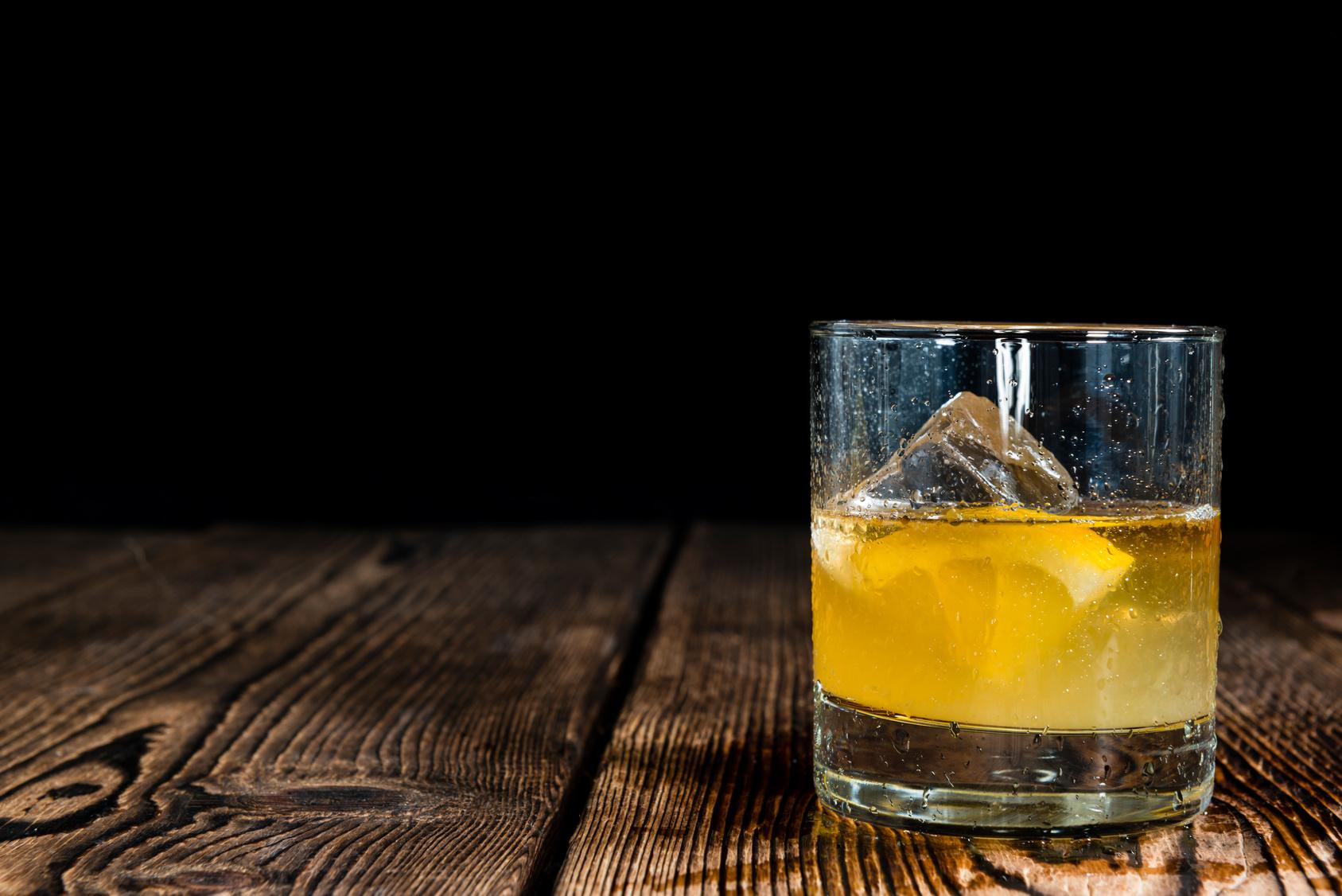 Ein Whiskey Sour mit Zitrone und einem Hauch Eiweiß. Quelle: Fotolia.com © HandmadePictures