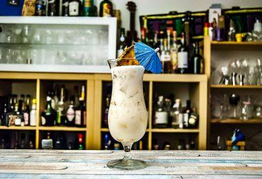 Pina Colada, der fruchtige Strandcocktail. Aber bitte mit frischem Ananassaft und cremiger Cream of Coconut!