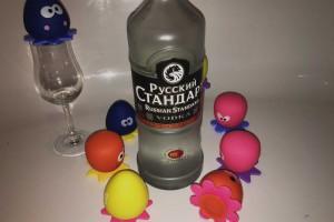 Russian Standard Wodka in einer Badewanne voller Baby-Octopusse?