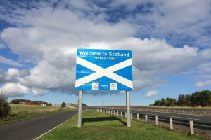 Das Schild ins Whisky-Paradies an der schottischen Grenze.