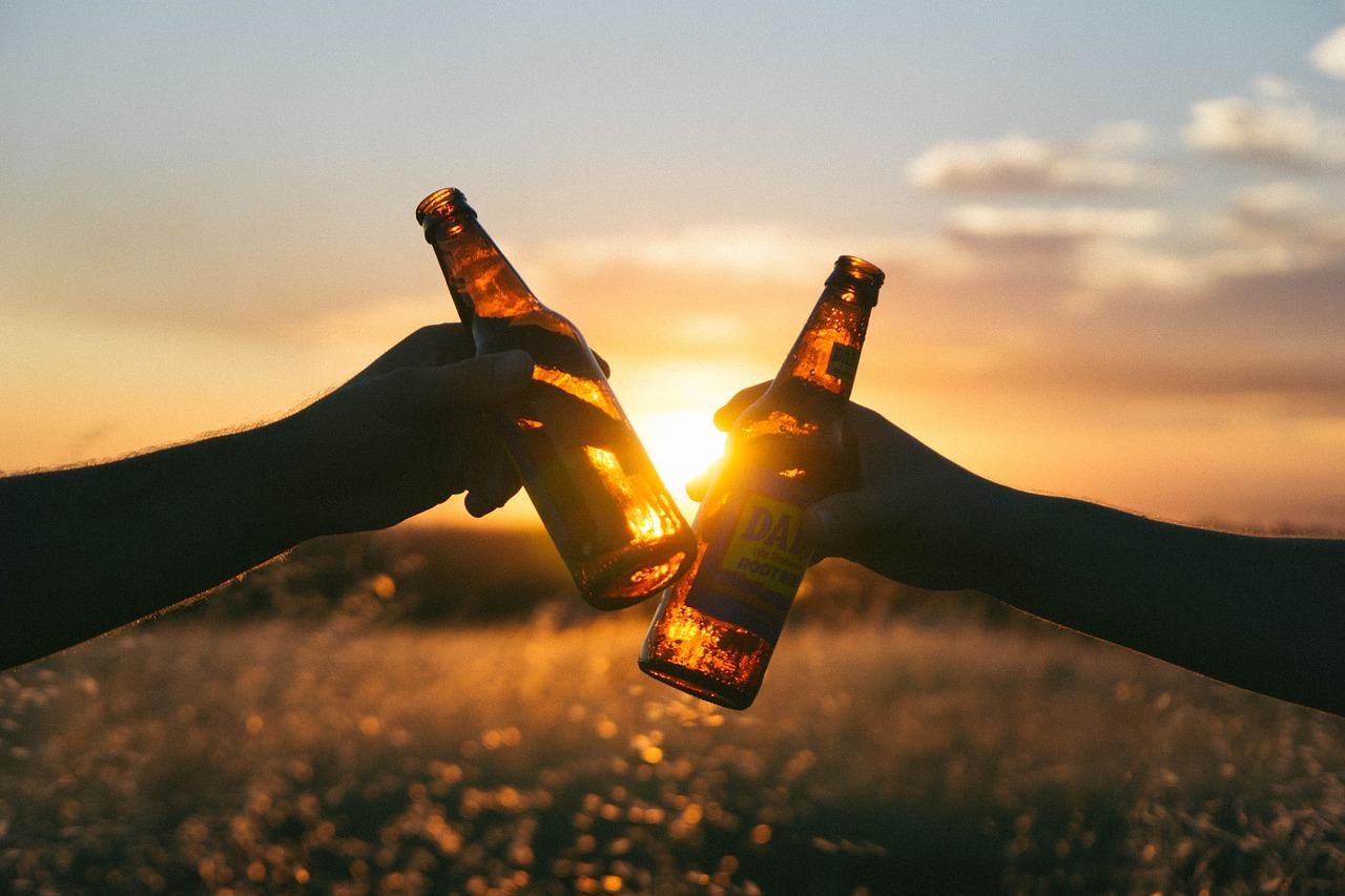 Anstoßen mit Bier.