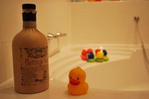 Professor Cornelius Amplefort's Bathtub Gin mit Quietscheente.