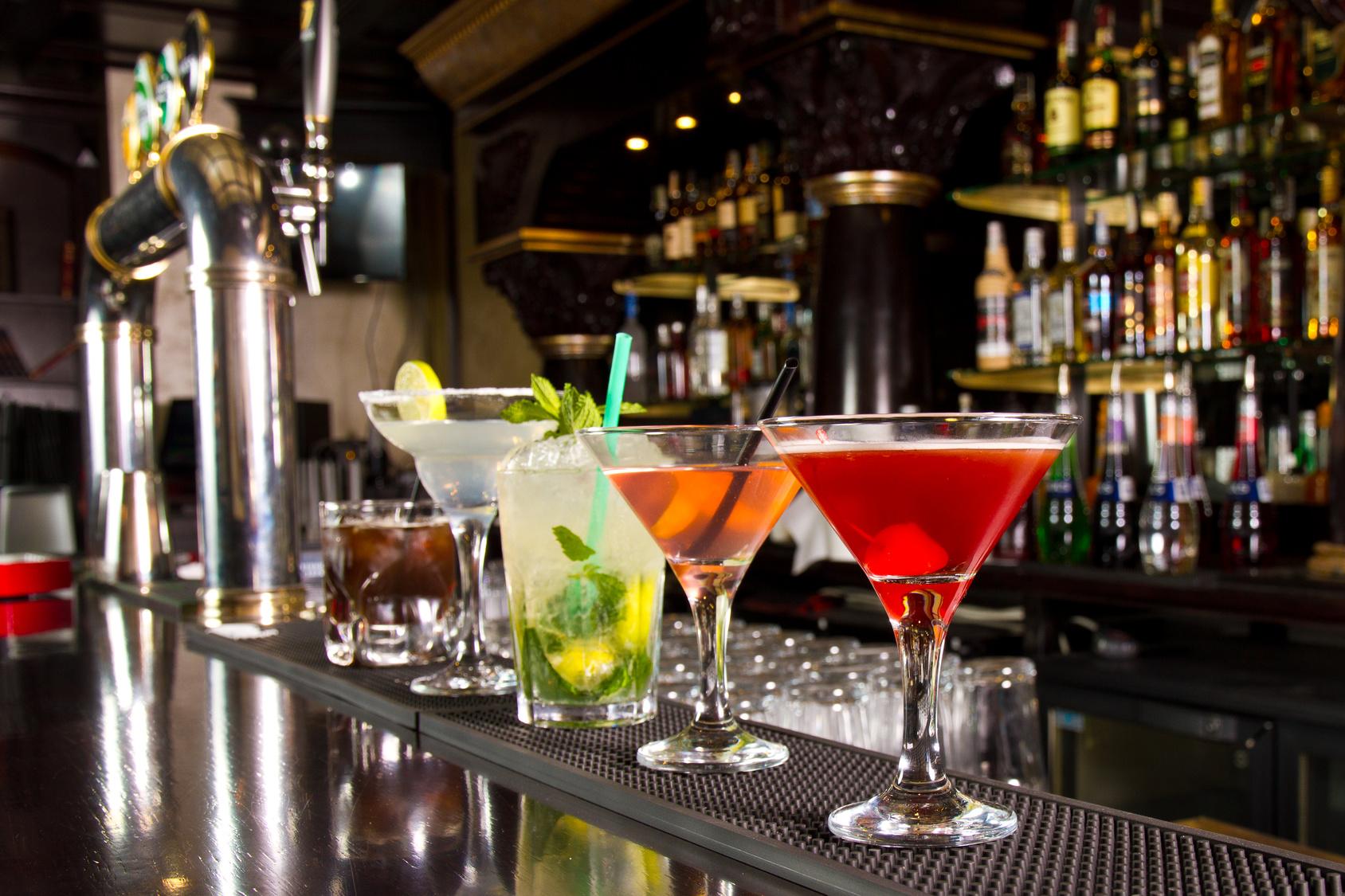Cocktails mit nur zwei Zutaten gibt's in allen Farben und Formen. Quelle: Fotolia.com © cristi lucaci