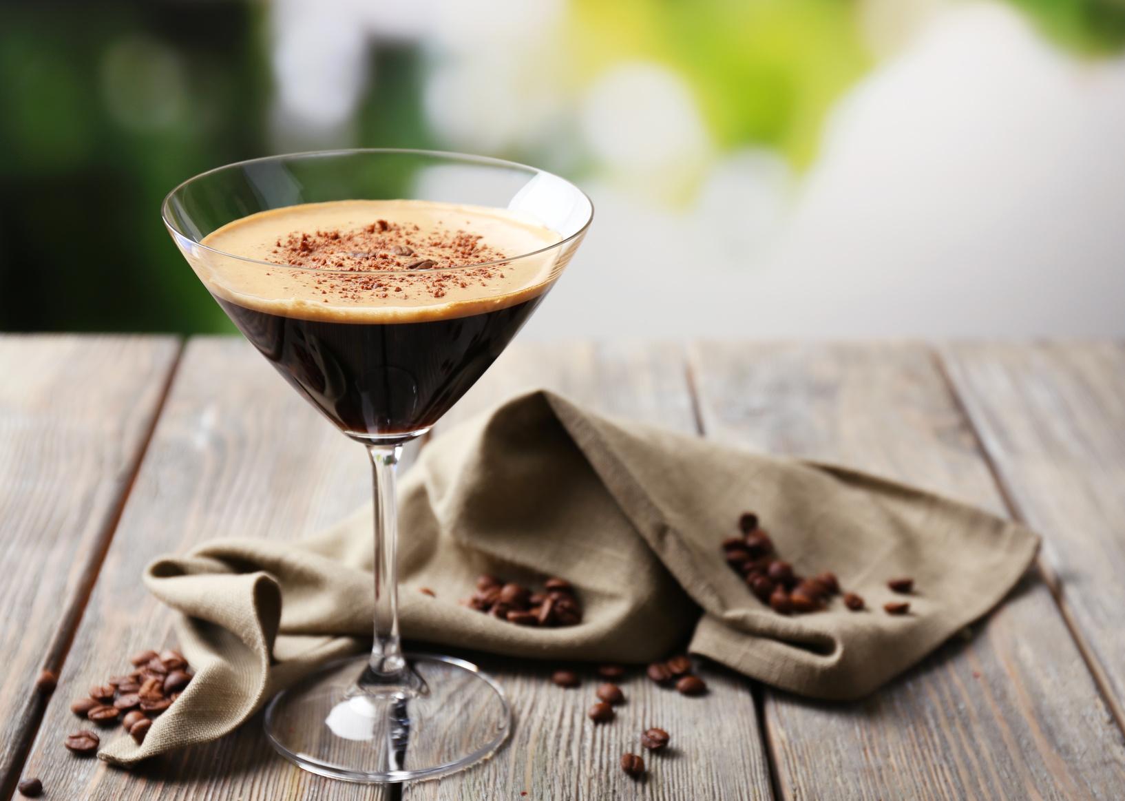 Ein Espresso Martini mit Kaffeebohnen und Kakao als Garnitur. Quelle: Fotolia.com © Africa Studio
