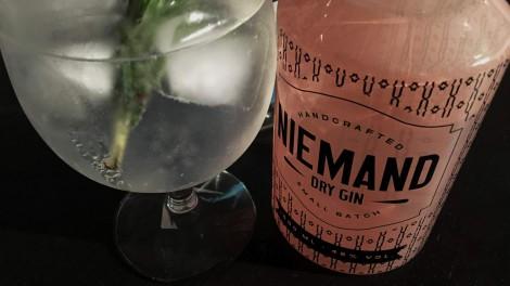 Niemand Dry Gin in einem Gin Tonic mit Rosmarin.