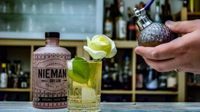 Der Fancy Hu-Ha ist ein Longdrink aus Niemand Dry Gin, Tonic, Weißem Port und Lavendel Bitters - und er schmeckt auch ohne Schnickschnack.
