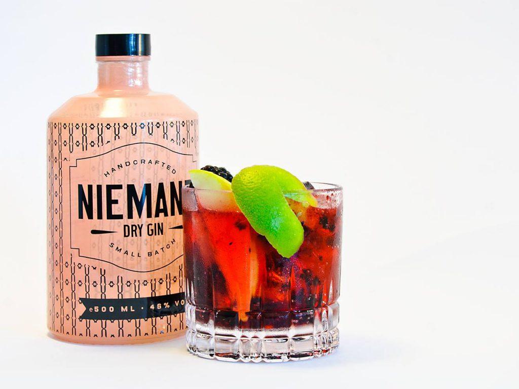Niemand Dry Gin im Sommerwald - das Rezept dazu findet ihr neben diversen anderen auf der Niemand-Webseite.