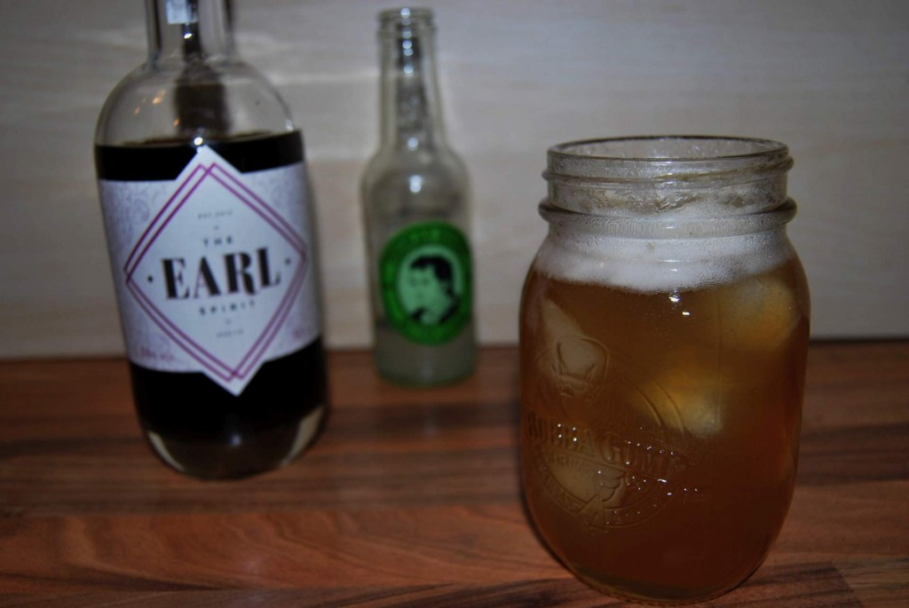 Ein Spreegraf-Cocktail mit The EARL Spirit und Thomas Henry Bitter Lemon.