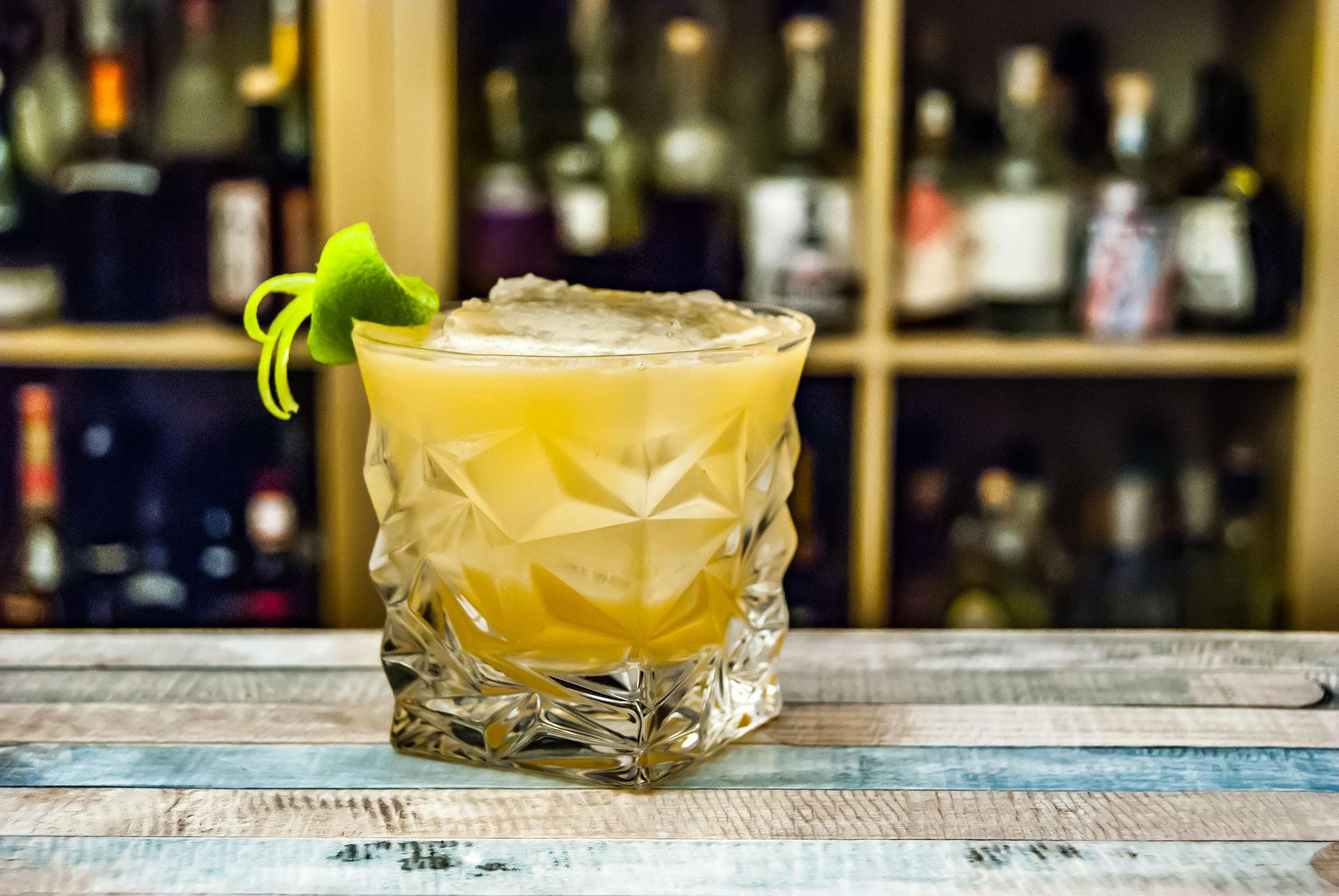 Ein Whiskey Sour, garniert mit einer Limettenzeste. Voll obszön.