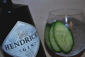 Hendricks Gin mit einem Gin Tonig mit Gurken-Garnitur.