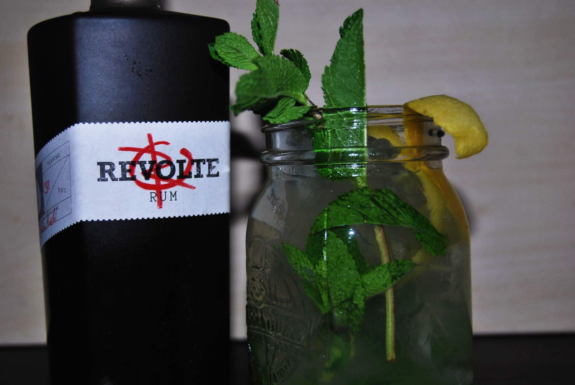 Eine Flasche Revolte Rum mit einem Penny Cloud-Cocktail.