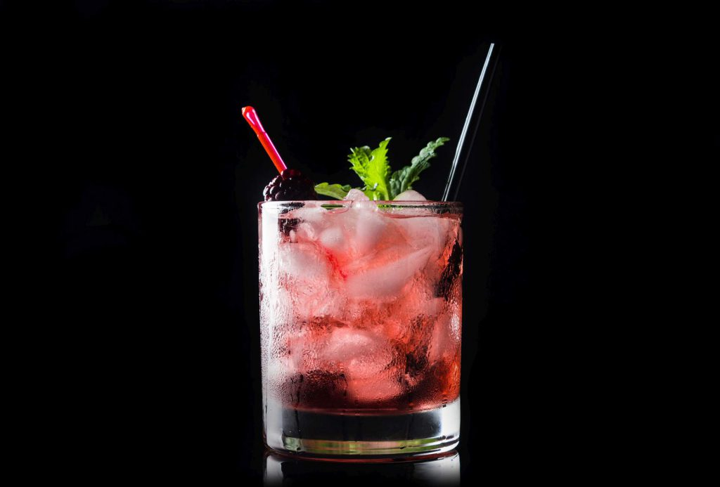 Ein Blackberry Bourbon Smash-Cocktail mit Minze, Brombeeren und Bourbon Whiskey. Quelle: Fotolia.com © maxandrew