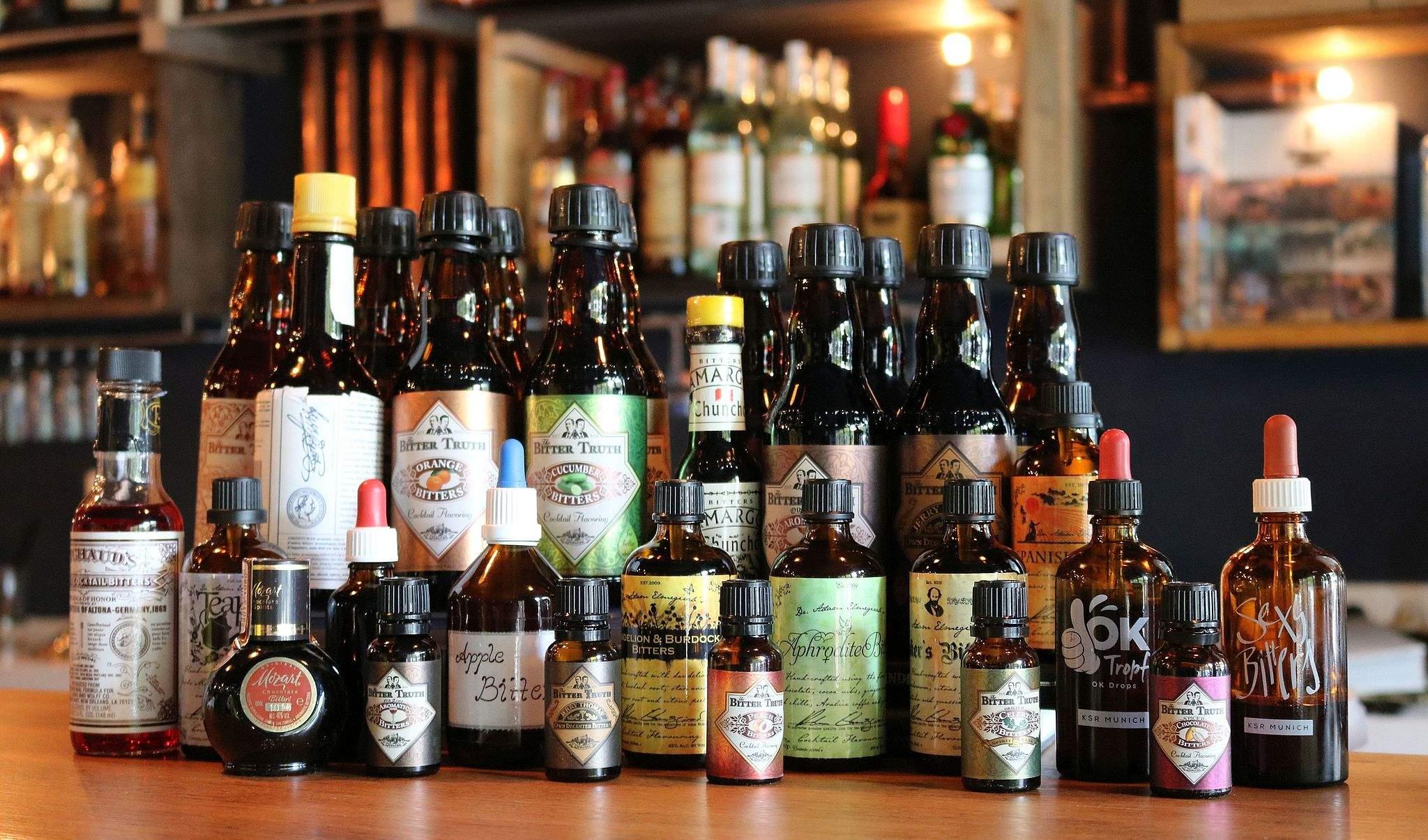 Eine Sammlung von Cocktail Bitters.