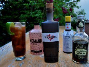 Wir mixen unseren Cuba Libre mit Rum, Cola, Limetten, Gin und Bitters. Da guckt ihr, wa?