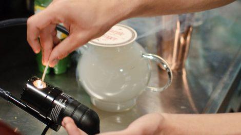 Der Rauch für den Drink kommt über eine Smoking Gun in eine Teekanne.