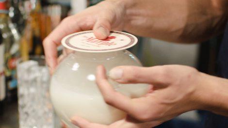 Der Cocktail wird mitsamt dem Rauch in der Kanne geschwenkt.