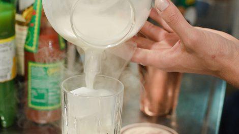 Der Drink kommt samt Rauch ins Glas.
