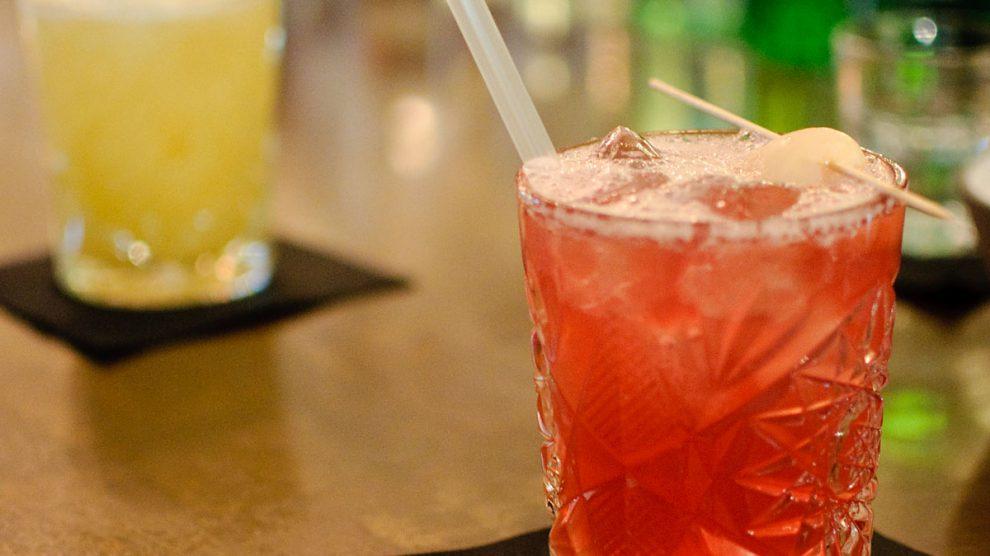 Ein Matanuki-Cocktail mit Jasminteewodka, Sake, Lycheelikör, Cranberrynektar, Limettensaft und Lime Juice.