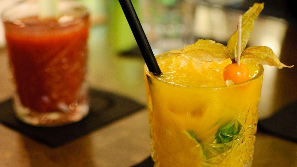 Ein Yellow Bamboo mit Kubanischem Rum, Vanillelikör, Rohrzucker, Limette, Mangopüree und Orangensaft.