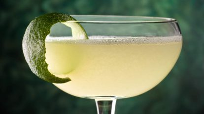 Ein Daiquiri-Cocktail mit einer Limettenzeste. Quelle: Fotolia.com © fudio