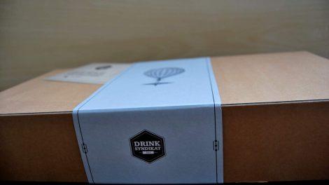 Die Drink-Syndikat-Box selbst wäre absolut unscheinbar - wäre nicht die Banderole so schick.