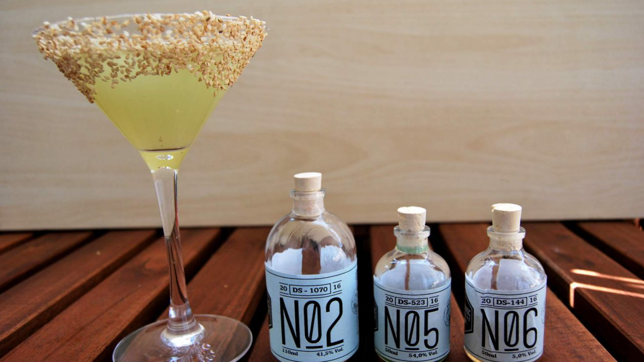 Casa Verde: Der Cocktail aus Revolte, Sesamsirup und Chartreuse grün.