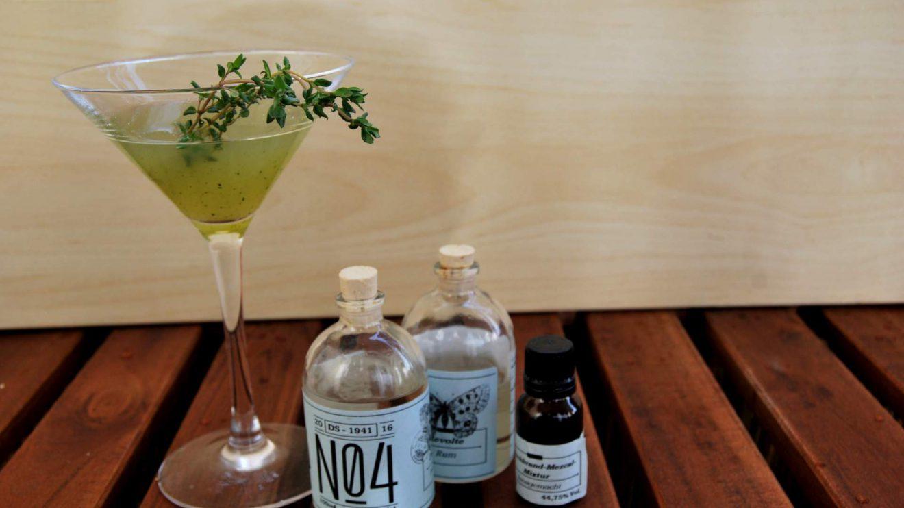 Santa Muerte: Ein Cocktail aus Revolte Rum, Thymian, Limettensaft, Zuckersirup und einer Mezcal-Kirschlikör-Mischung.