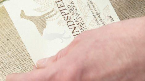 Das Etikett für den Barrel Aged Potato Wodka zeigt das Firmenlogo als Auslassung - schick. Quelle: windspiel-gin.de
