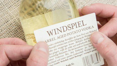 Windspiel-Wodka-Etiketten werden per Hand beklebt und erhalten eine handgeschrieben Batch-Nummer. Quelle: windspiel-gin.de