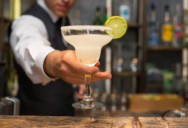 Ein leckerer Margarita-Cocktail mit Salzrand. Quelle: Fotolia.com © tarikkaanmuslu