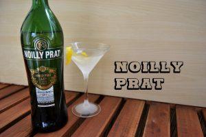 Eine Flasche Noilly Prat mit einem Martini-Cocktail.