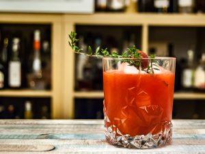 Ein Raspberry Thyme Smash mit Gin, Himbeeren, Thymian - und in diesem Fall noch mit Himbeer-Trinkessig